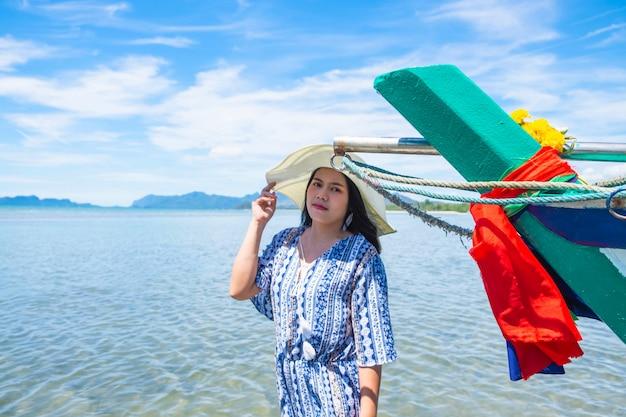 Mulher bonita de chapéu e relaxar no mar no verão Foto Premium