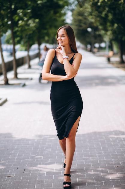 Mulher bonita de vestido preto Foto gratuita