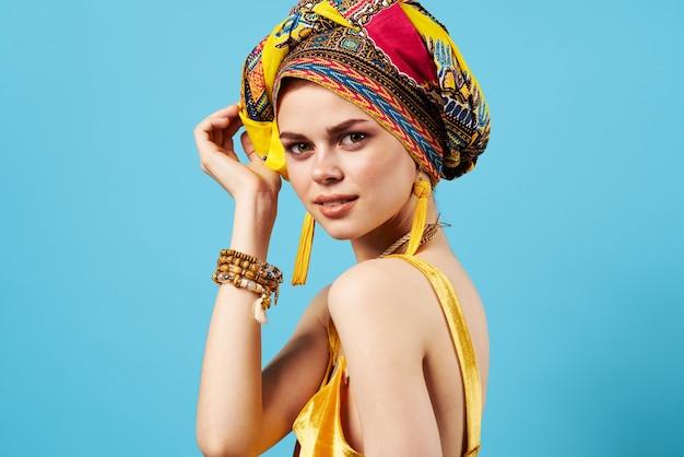 Mulher bonita decoração multicolorida lenço na cabeça etnia azul Foto Premium