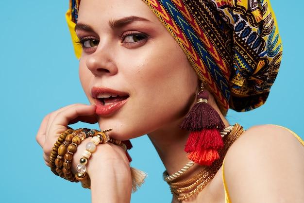 Mulher bonita decoração multicolorida turbante azul etnia Foto Premium