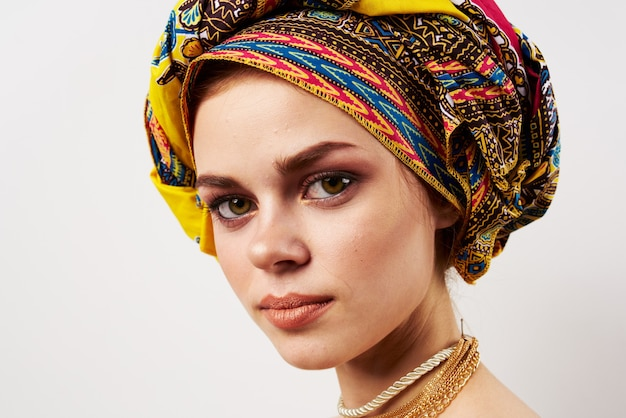 Mulher bonita decoração oriental roupas multicoloridas turbante moda maquiagem. Foto Premium