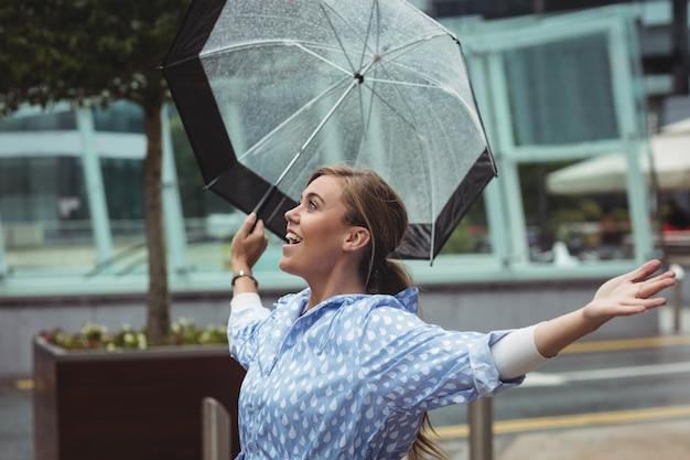 Mulher bonita, desfrutando de chuva Foto gratuita