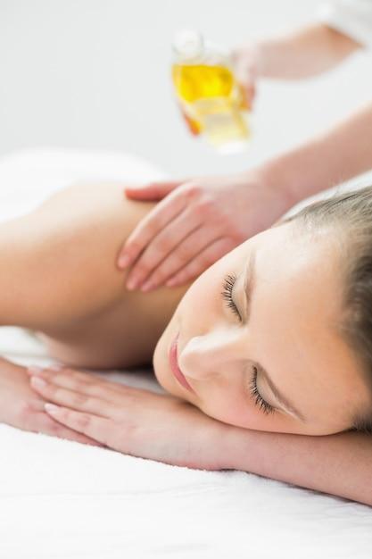 Mulher bonita, desfrutando de massagem com óleo Foto Premium
