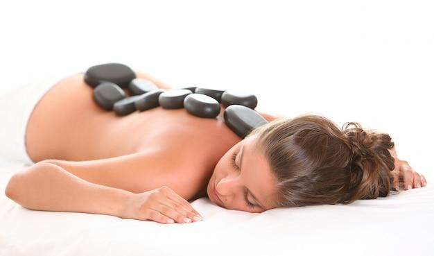 Mulher bonita desfrutar de spa com pedras Foto gratuita