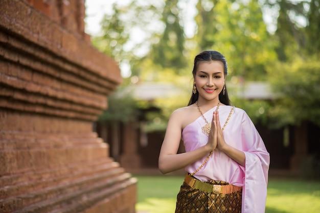Mulher bonita, desgastar, típico, vestido tailandês Foto gratuita