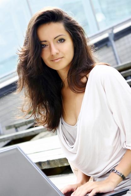 Mulher bonita e atraente na rua Foto gratuita