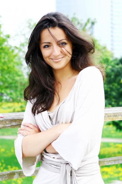 Mulher bonita e atraente no parque Foto gratuita