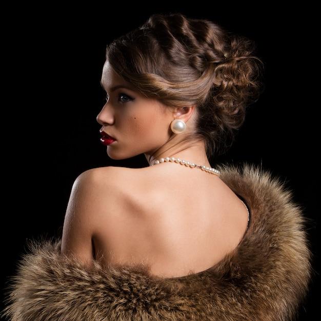 Mulher bonita e atraente, vestindo peles Foto gratuita