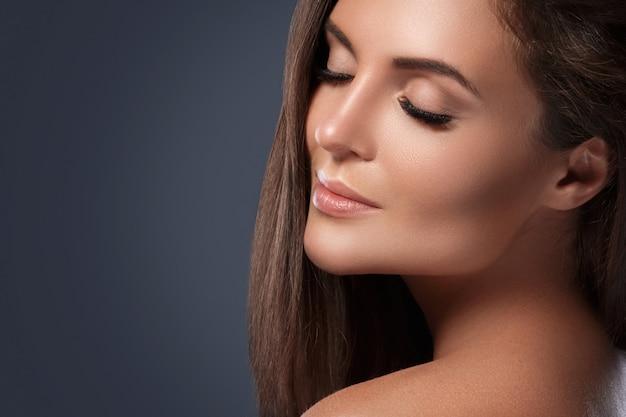 Mulher bonita e jovem com cílios artificiais Foto Premium