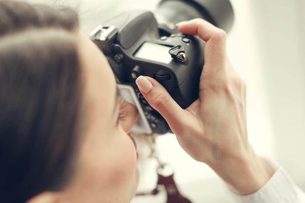 Mulher bonita é um fotógrafo profissional com câmera dslr Foto Premium