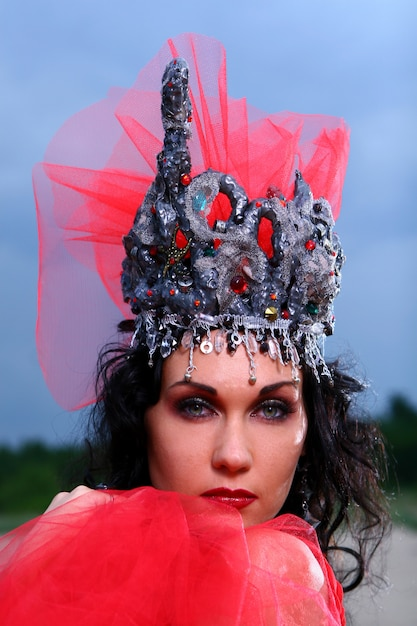Mulher bonita elegante com coroa Foto gratuita