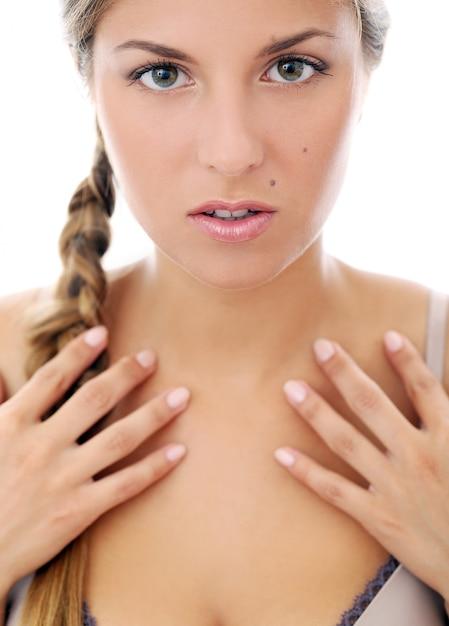 Mulher bonita em brazziere Foto gratuita
