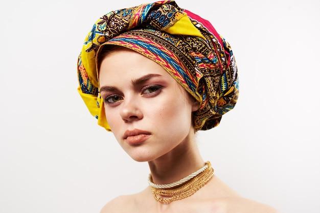 Mulher bonita em close-up de decoração multicolorida de turbante. Foto Premium