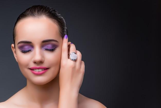 Mulher bonita em conceito de moda Foto Premium