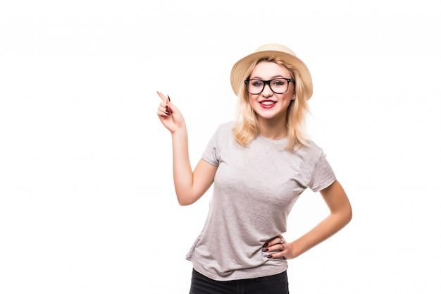 Mulher bonita em copos mostrando algo na palma da mão e dedo Foto gratuita