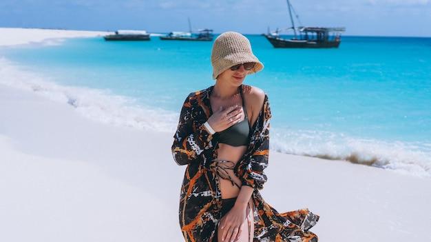 Mulher bonita em férias pelo oceano Foto gratuita