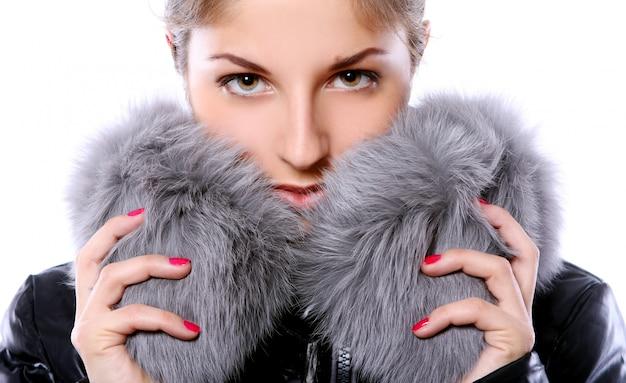 Mulher bonita em peles Foto gratuita