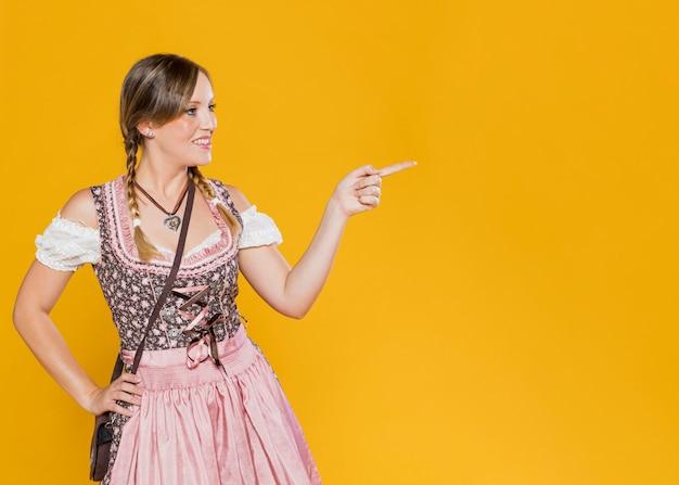 Mulher bonita em traje da baviera Foto gratuita
