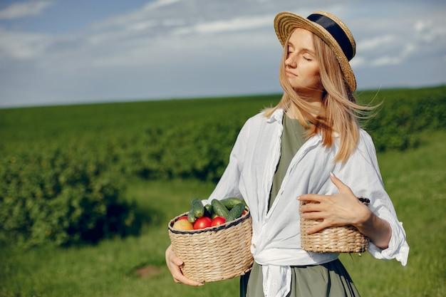 Mulher bonita em um campo de verão Foto gratuita