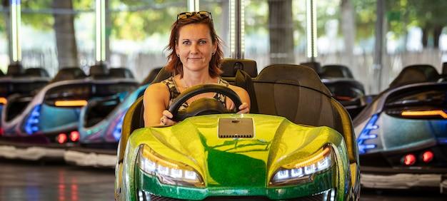 Mulher bonita em um carro de choque, paris, frança Foto Premium