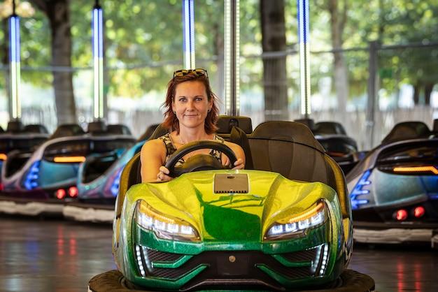 Mulher bonita em um carro de choque Foto Premium