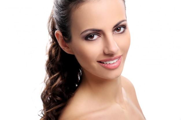 Mulher bonita em um fundo branco Foto gratuita