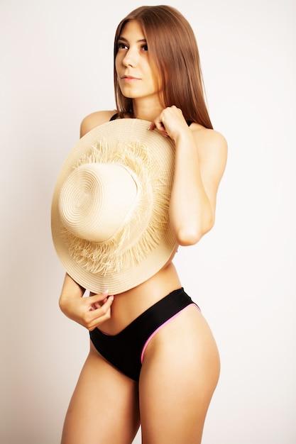 Mulher bonita em um maiô preto Foto Premium