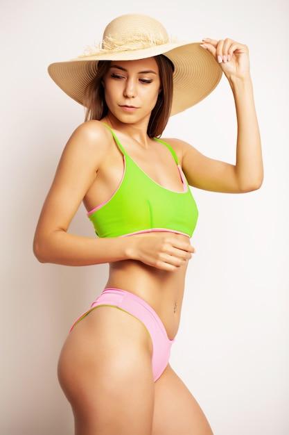 Mulher bonita em um maiô verde claro e em um corpo bonito Foto Premium