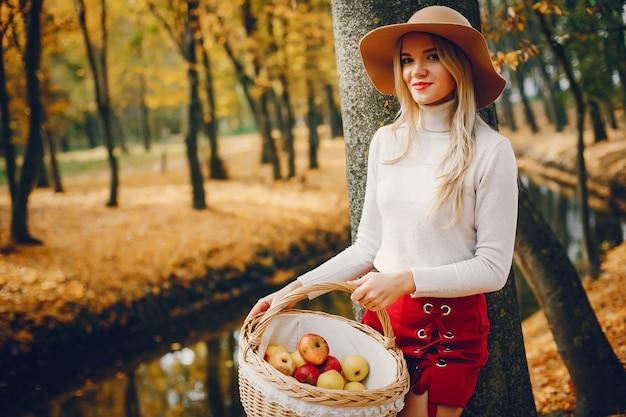 Mulher bonita em um parque do outono Foto gratuita