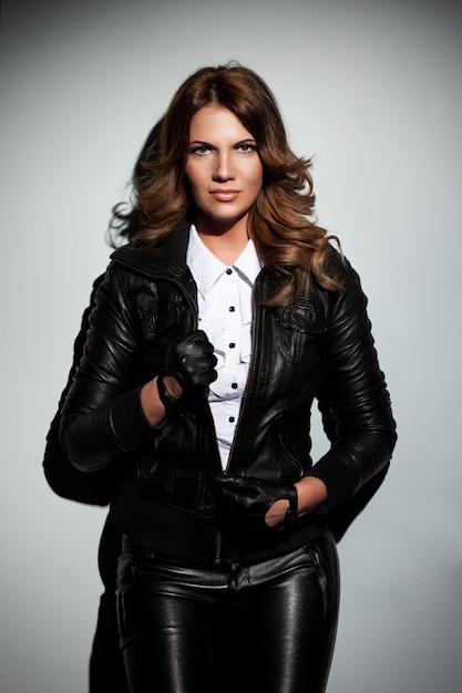 Mulher bonita em um terno de couro Foto gratuita