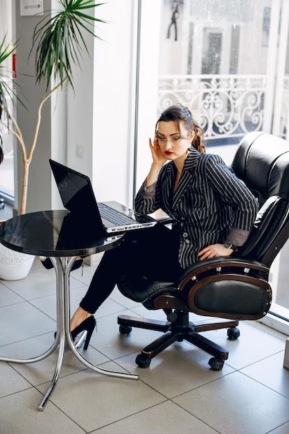Mulher bonita em uma sala de escritório Foto gratuita