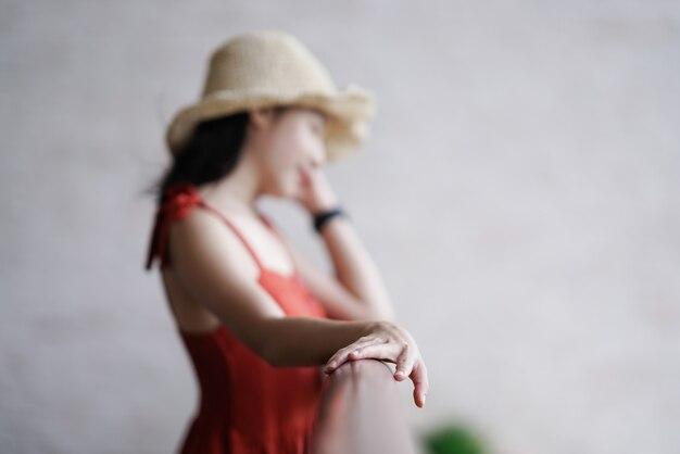 Mulher bonita, em, vestido, ficar, ligado, a, sacada, foco, mão Foto Premium