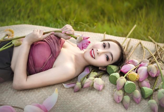 Mulher bonita em vestidos asiáticos tradicionais Foto Premium