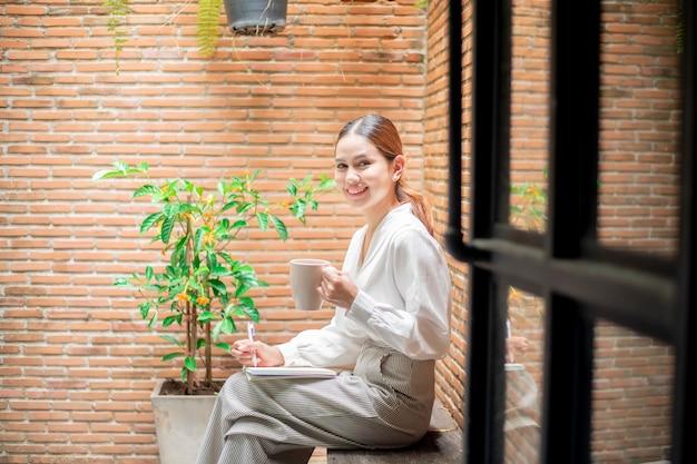 Mulher bonita está trabalhando no quintal Foto Premium