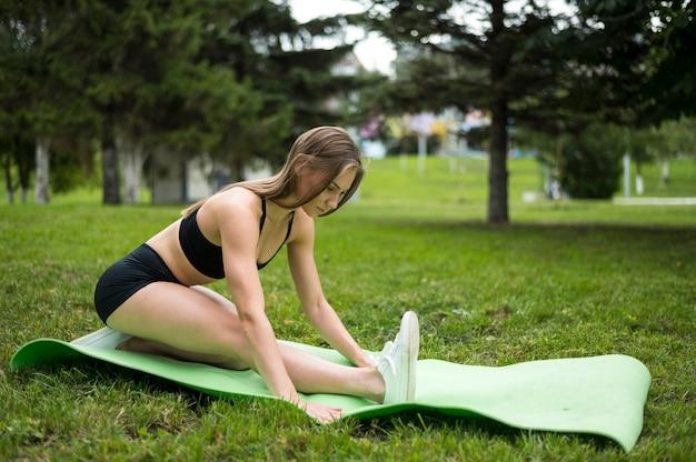 Mulher bonita, exercitando-se ao ar livre Foto gratuita