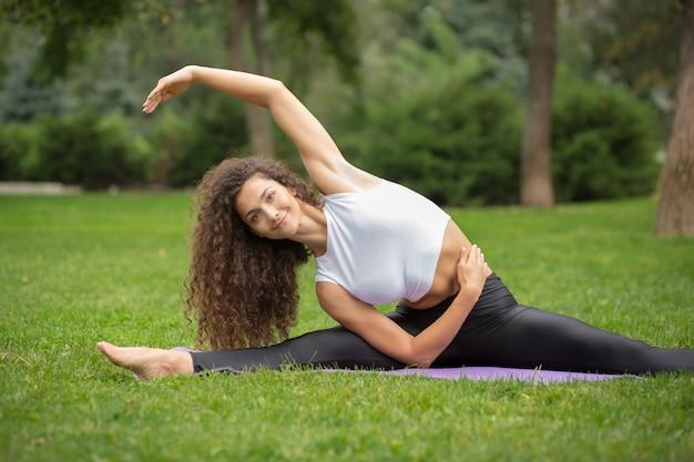 Mulher bonita fazendo exercícios de ioga Foto gratuita