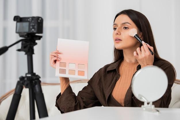 Mulher bonita fazendo maquiagem Foto Premium