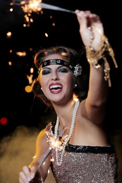 Mulher bonita festa com fundo escuro Foto gratuita