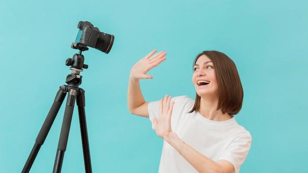 Mulher bonita filmar vídeo em casa Foto gratuita