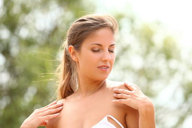 Mulher bonita gosta de verão Foto gratuita