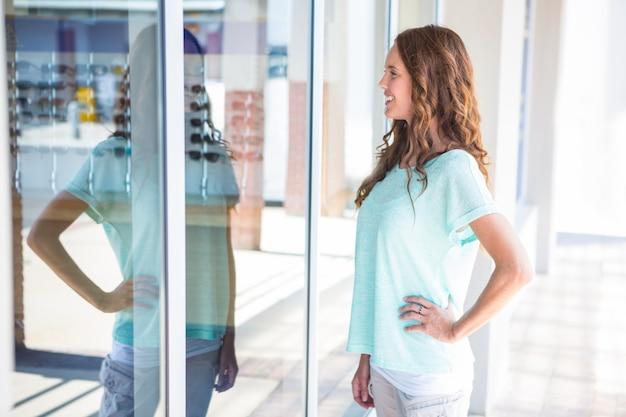 Mulher bonita janela de compras no shopping Foto Premium