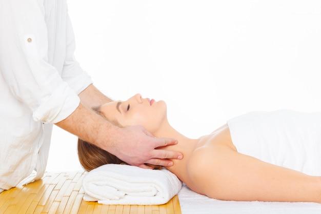 Mulher bonita, jovem e saudável em salão de spa. massagem tratamento Foto Premium