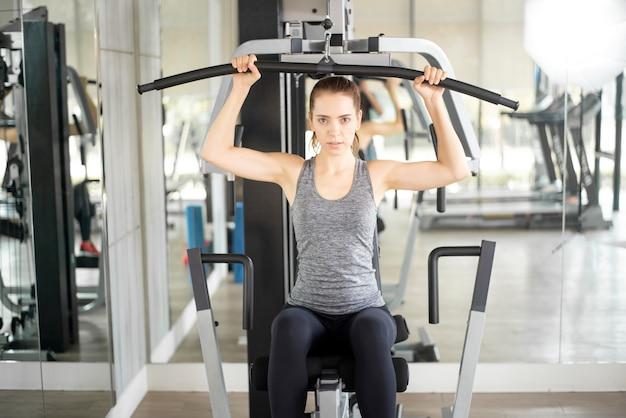 Mulher bonita jovem esporte é treino no ginásio, estilo de vida saudável Foto Premium
