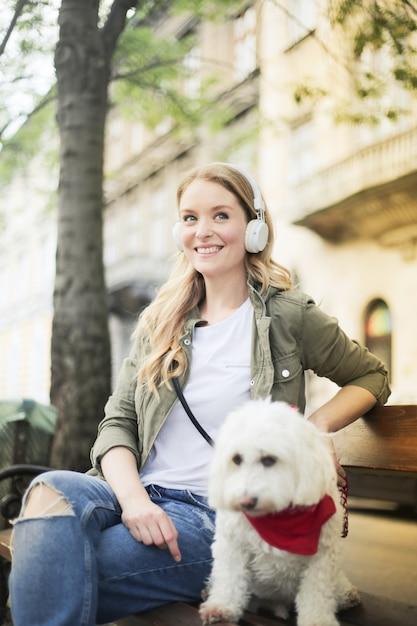 Mulher bonita loira com um cachorro fofo Foto Premium