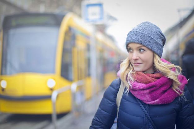 Mulher bonita loira na cidade Foto Premium