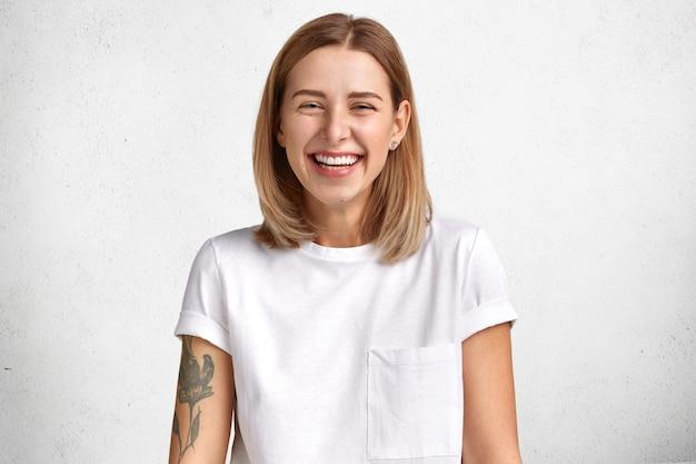 Mulher bonita loira vestindo camiseta branca Foto gratuita