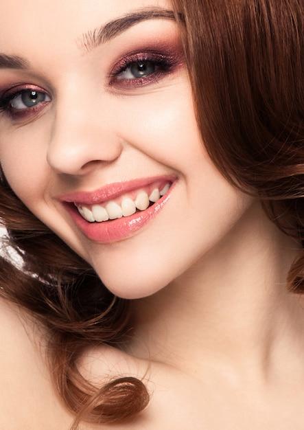 Mulher bonita menina noite maquiagem cabelo encaracolado Foto Premium
