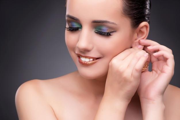 Mulher bonita mostrando suas jóias no conceito de moda Foto Premium