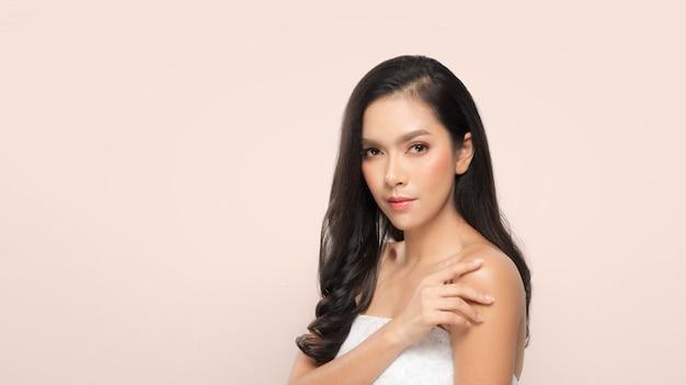 Mulher bonita, mulher bonita, em, spa, salão Foto Premium