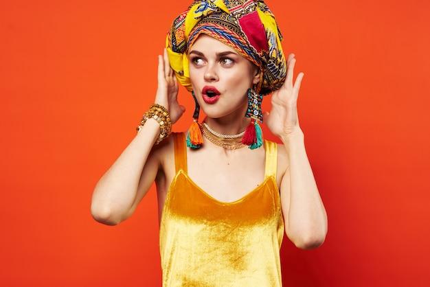 Mulher bonita multicolorida turbante decoração lábios vermelhos atraente olhar vermelho Foto Premium